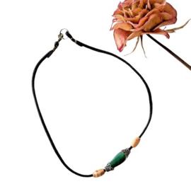 Zwart suède halsbandje met groen glas en hout (37 cm lang)
