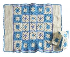 Blauw met wit gehaakte deken en ook cape (85 x 60)