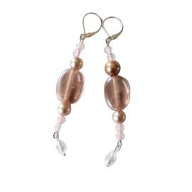 Roze oorbellen van oud glas, rozenkwarts en parelkralen met een kristallen hangertje (8 cm lang)