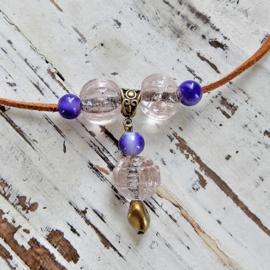 Suède halsband met glaskralen (41 cm lang)