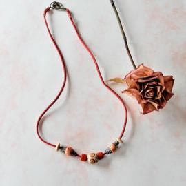 Rood suède halsbandje met hout en brons (55 cm lang)
