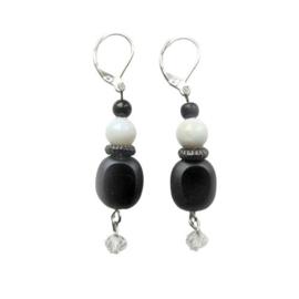Zwarte ovale steen met witte glaskraal en een kleine bergkristal