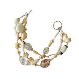 Armband met 3 strengen van parelmoer, schelp- en glaskralen (20,5 cm lang)