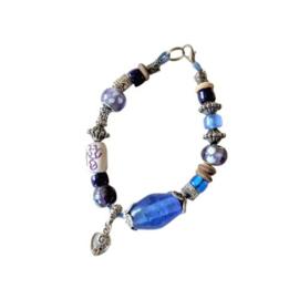 Armband van blauw glas en metaal (22 cm lang)