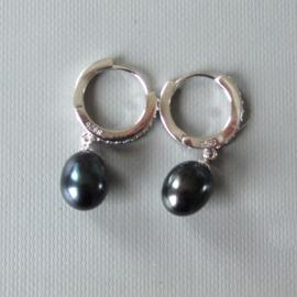 Zilveren creolen met zwarte zoetwaterparel