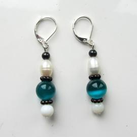 Zoetwaterparel met blauwe en witte glaskralen