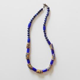 Halsketting van 7 Afrikaanse kralen met keramiek en lapis lazuli (43,5 cm lang)