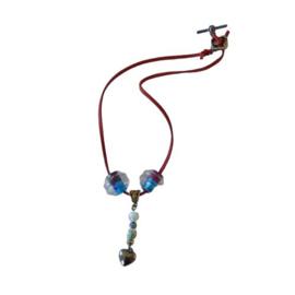 Rode suède halsband met grote en kleine glaskralen (41,5 cm lang)