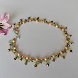 Halsketting van goudkleurige glasparels versierd met glaskraaltje en kristal (50 cm lang)