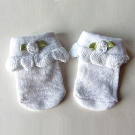Kleine sokjes voor een newborn, wit met een roosje