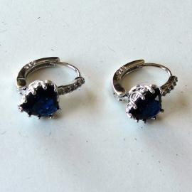 Zilveren oorhangers met donkerblauwe steen en 5 kleine strass-steentjes