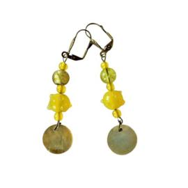 Oorbellen van gele glaskralen en parelmoerhanger (7 cm lang)