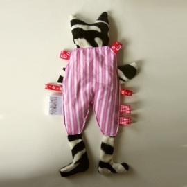 Roze pyjamakat met rode labels (droomkussentje)