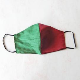 Mondkapje van groene ruwe zijde en rode tafzijde (double face) met zwart elastiek