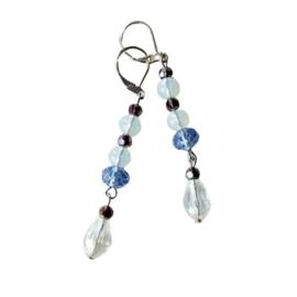 Grote en kleine kristallen met opaalkralen