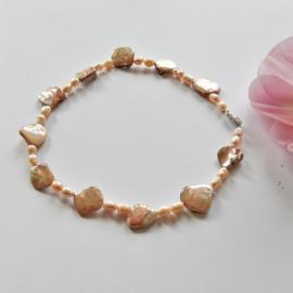 Ketting + oorbellen van parelmoer en roze zoetwaterparels (45 cm en 7 cm lang)