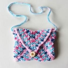 Gehaakt tasje in lichtblauw met roze (14 x 12 cm)
