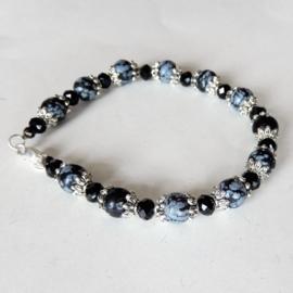 Armband van grijze natuursteen met lichtblauwe kristalletjes (19 cm)