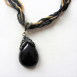 Zwarte kralenketting met hanger van acryl