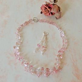 Ketting + oorbellen van roze kwarts (50 cm en 7,5 cm lang)