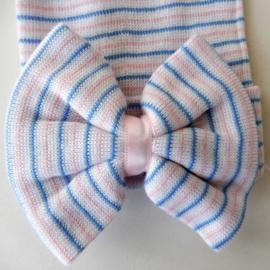 Klein roze-wit-blauw gestreept mutsje met een strik