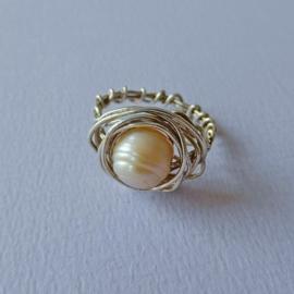 Handgemaakte ring van sterling zilver met grote zoetwaterparel (maat 56 / 19)