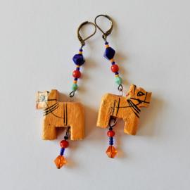 Houten dierfiguurtje aan hangers van nikkelvrij brons (8,5 cm lang)