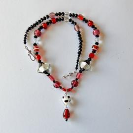 Rood en zwart-wit glas en zwarte kristallen (55 cm lang)