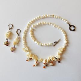 Ketting + oorbellen van witte zoetwaterparels en parelmoer met hangende schelpjes (51 en 6 cm lang)