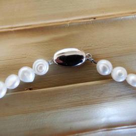 Grote en kleine witte zoetwaterparels met Tibetaans zilver en een sluiting van sterling zilver (53 cm lang)