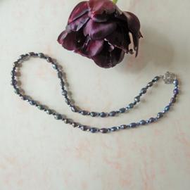 Ketting + oorbellen van zwarte zoetwaterparels met blauwzwarte kristallen (56 cm lang)