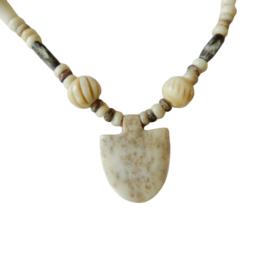 Halsketting van been en antiek handgesneden ivoor (47 cm lang)
