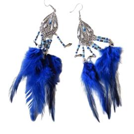 Koningsblauwe veren aan een zilverkleurige hanger (ongeveer 15 cm lang)