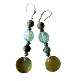 Blauw-groen kristal met natuursteen, kristal en parelmoer