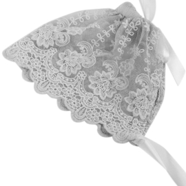 Mutsje van grijze kant met witte linten