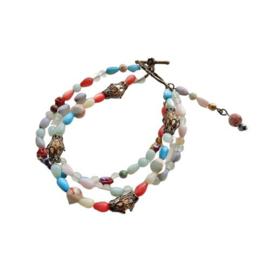 Armband van 3 strengen langwerpige parelmoerkralen met slangenhuidsteen, groene kwarts en hout met brons (19,5 cm lang)