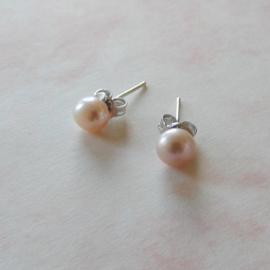 Zilveren oorstekers met kleine lila zoetwaterparel (5 mm)