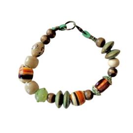 Groen suède armband met hout, glas en schelpjes (19,5 cm lang)