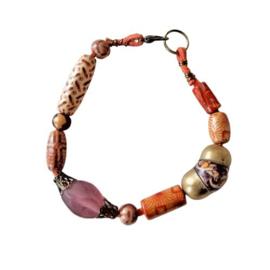 Oranje suède armband met hout, glas en brons (20 cm lang)