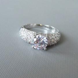 Brede zilveren ring met grote kristal en veel kleintjes in maat 54 (18) of 56 (19)
