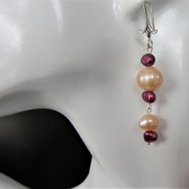 Oorbellen van grote roze en kleine paarsige zoetwaterparels