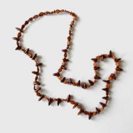 Ketting van licht-en donkerbruine pitten (78 cm lang)