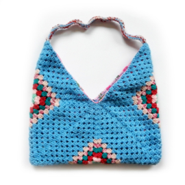 Gehaakte tas in blauw met roze (37 x 34 - de uitsparing)