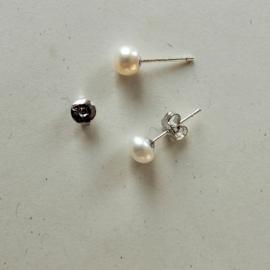 Zilveren oorstekers met kleine witte zoetwaterparels (5 mm)