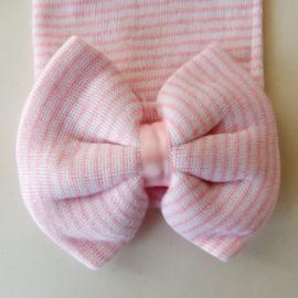 Klein roze- wit gestreept mutsje met een strik