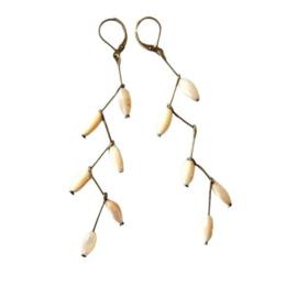 Oorbellen van parelmoer aan staafjes van brons (9 cm lang) superlichtgewicht
