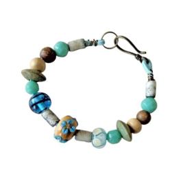 Blauw suède armband met glas, keramiek en hout (19,5 cm lang)