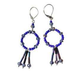 Koningsblauwe oorringen met hanger van glasstaafjes en kristal