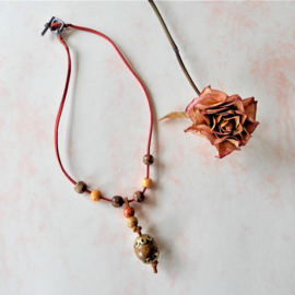 Rood suède halsband met hout (43 cm lang)