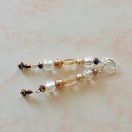 Roze oorbellen van oud glas, natuursteen en pareltjes (7,5 cm lang)